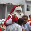 Santa Claus brachte den Kindern die Geschenke vorbei