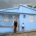 Hermana Bienvenida und ihr Enkelsohn Emanuel vor ihrem Haus