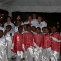 Die Schulkinder als Engel verkleidet nach ihrem Auftritt