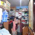 Im Migrantenhaus, Franca und Marie bei der Kleiderausgabe