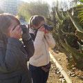 Rosa y Marta, durante la clase práctica del Curso Básico de fotografía Digital. Foto: Andreu Gual