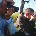 Josep Antoni y Fernando, a la caza de imagenes en el curso básico de fotografia digital. Foto: Andreu Gual