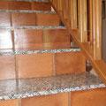 Escaleras combinadas de baldosas de barro, con barnices naturales, con granito de la zona, y barandilla de castaño