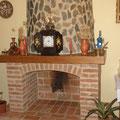 En la chimenea del salón-restaurante, ladrillo macizo, madera de castaño, piedra del propio terreno.