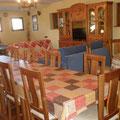 Salón-comedor con chimenea y extensamente equipado.
