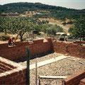 Edificación de cimientos con cemento blanco, y muros de carga de ladrillos macizos.
