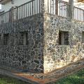 Sierras y Valles esta construída en muros de carga de ladrillo macizo y piedra