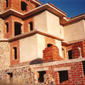 Edificio consolidado, se aprecian la piedra, el ladrillo, los forjados de cemento blanco y el enfoscado de cal-cemento blanco.
