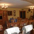 Salón-comedor con Tv HD, sofás, mesas, sillas...chimenea