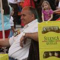 Werner freut sich ob des guten Umsatzes an der Getränkekasse