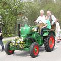 Jakob Bauer mit seinem historischen Schlepper ist für den sicheren Transport zuständig.