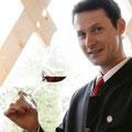 Julien Morlat, Sommelier im Restaurant Dallmayr, verkostet mit Ihnen die Weine der fränkischen Jungwinzer.