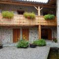 """Cour intérieure avec """"balcon forézien"""""""