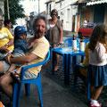ラジオの後はスタジオへ... Carlinhos 一家がご近所のCaféで昼食をとっていました☆