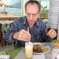 Feira de Sao Cristovaoの中のレストランで昼食。 ジョルジーニョ、パインジュースにいくつもお砂糖を入れていました。。。こちらの人は代謝が良いのでしょうね^^;