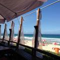 海の家でágua de coco (ココナッツの水)をいただきました。。。冷たくて美味しかった...!