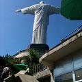 途中からは階段を上って頂上へ....!!!おぉ〜〜キリスト像が見えてきました。まずは後ろ姿っていうのも、ニクい演出ですねぇ^^