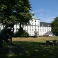 Schloss Gottorf - gleich über die Straße und Sie sehen den Burgsee und das S-H-Landesmuseum