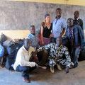 Christina Reif und Mamadou Diabate vom Verein SABABU mit Mitarbeitern der Schule