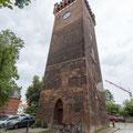 Drei Fluchtpunkte: Durch die Nähe zum Turm einerseits und den Blickwinkel andererseits können drei Fluchtpunkte ausgemacht werden. Doch nicht immer führt dies automatisch zu einem starken Bild.