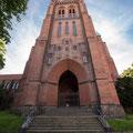Froschperspektive: Die Höhe des Schweriner Kirchturms kommt so stärker zum Ausdruck.