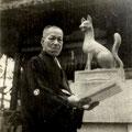 昭和27年2月 舞殿(拝殿)前御神狐除幕式 鋳造奉仕者 長谷川氏