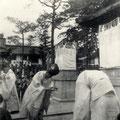 昭和27年2月 舞殿(拝殿)前御神狐除幕式 修祓