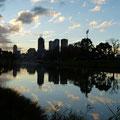 Blick auf die Skyline von Melbourne bei Sonnenuntergang