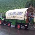 Fahrt mit dem Planwagen durch die Weinberge.