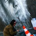 Ben Slow travaillant sur sa fresque - ©My Te
