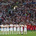 Giocatori e tifosi in piedi osservano un minuto di silenzio dopo l'attentato all'aereoporto Ataturk di Istanbul, prima dell'incontro tra  Polonia e Portogallo allo Stade Velodrome in Marsiglia, Francia, il 30 Giugno 2016 (Anadolu Agency/Getty Images)