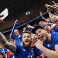 Aron Gunnarsson dell'Islanda, si fa un selfie con dei tifosi per celebrare la vittoria di 2 a 1 della sua squadra con l'Austria, 22 Giugno, 2016 a Parigi, Francia, Euro 2016 (GETTY/Botterill)