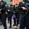 Un poliziotto francese con un pallone dei supporters del Galles durante i controlli a Tolosa, sud della Francia, prima del match Russia-Galles, 20 Giugno, 2016. (AFP/KILIC)
