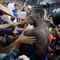 Il centravanti francese Pogba celebra con i tifosi la vittoria della semi-finale tra Germania e Francia allo Stade Velodrome in Marsiglia, il 7 Luglio 2016 (AFP/HACHE)