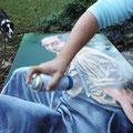 29 : Vernissage de la toile. Utilsation d'un vernis satiné en bombe pour une application homogène. Deux passages du produit pour une meilleure tenue.