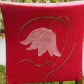 "Applikation und Malerei auf Lehnsessel ""Fritillaria Rouge"""