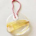 花びらを樹脂で固めてつくったキーホルダー(埼玉県立日高特別支援学校)