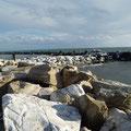 ... jetzt sitz ich hier am Mittelmeer, und habe keine Mittel mehr..., 2013.
