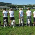 Dalmi Team (vlnr: Manuela mit Jérôme, Chiara mit Vasco, Magrit mit Boogie, Veronica mit Lucy, Gabriela mit Belaya und Malaika mit Diva)