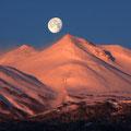 2月上旬・朝焼けの乗鞍岳に沈む月