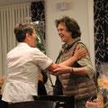 Erika bedankt sich bei Romy (Präsidentin vom Tierschutzverein Obwalden) für die gute Zusammenarbeit