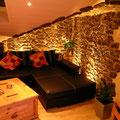 Wandverkleidung mit TotalStone-Paneel M-076 Ginestar special, neu verputzte Wände, PVC-Bodenbelag und Boden- und Deckeneinbauleuchten