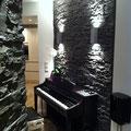 UP/DOWN-Leuchten an TotalStone-Wandverkleidung M-098 Lajastein schwarz