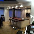 PVC-Bodenbelag und neuer Kücheneinbau mit abgehangener Decke für Beleuchtung und eingelassener Dunstesse
