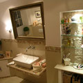 Brasilianische Marmor Fliesen 1200x600x20 mit farblich passender Glasbordüre, Deckensanierung mit Einbauleuchten, neu verputzte Wände, Nischenverkleidung mit TotalStone-Kunststeinpaneel M-136 Imperial ocker