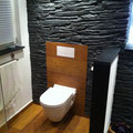 WC mit Fliesen in Holzoptik und TotalStone-Steinpaneel M-095 Schiefer schwarz