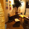 PVC-Bodenbelag, TotalStone-Wandverkleidung M-136 Imperial ocker, Decken- und Bodeneinbaustrahler, Dekopalmen