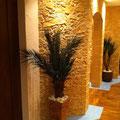 PVC-Bodenbelag, TotalStone-Steinpaneel M-053 Trockenstein ocker, Decken- und Bodeneinbaustrahler, Dekopalmen