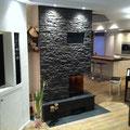 Kaminverkleidung mit TotalStone-Paneel M-098 Lajastein schwarz und PVC-Boden