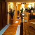 PVC-Bodenbelag, TotalStone-Wandverkleidung M-053 Trockenstein ocker, Decken- und Bodeneinbaustrahler, Dekopalmen